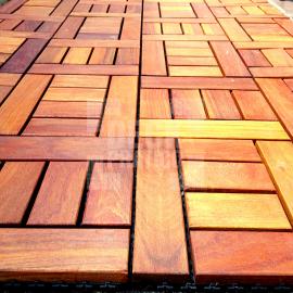 Deck Prático Cumarú Paris 30x30cm (placa) instalado